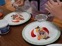 デザートとフルーツの皿盛り
